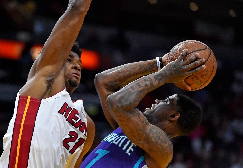 Wade, Dragic spark Heat past cold-shooting Hornets