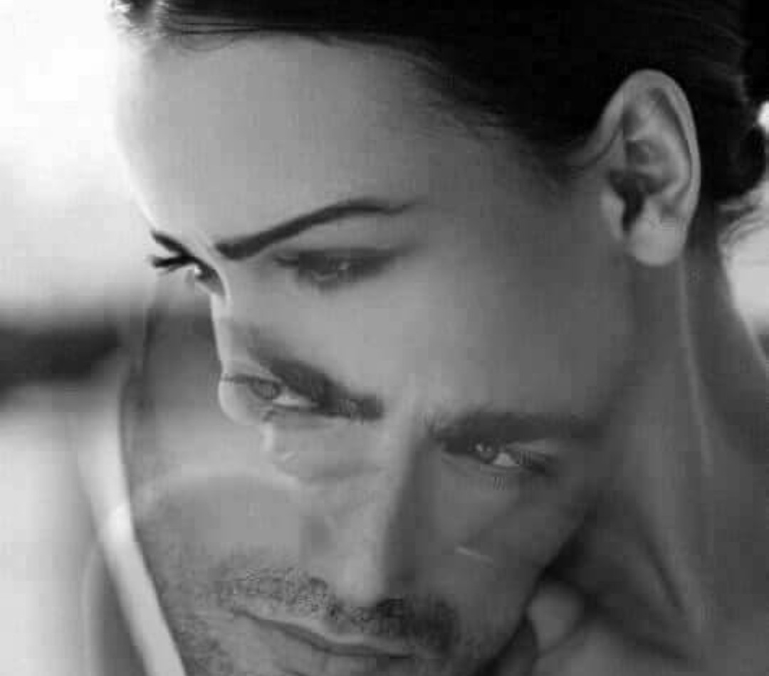 أيها الحنين اذهب إليه على مهل وإياك أن توقظه...أخبره اني أحبه..واطبع قبلاتي على خده...واترك باقة ورد حمراء بجانب سريره علها تخبره بأني اشتقت له...💔😢
