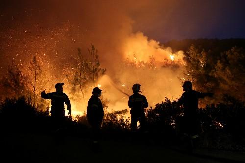 Wildfire rages on Greek island of Evia, smoke reaches Athens