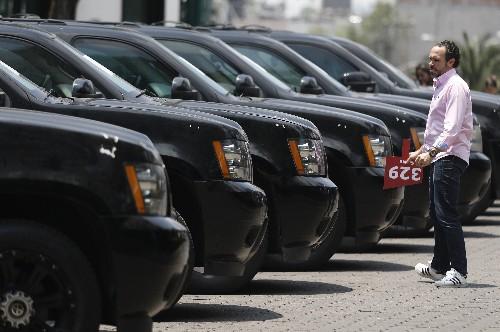 México subasta vehículos ante antigua mansión presidencial