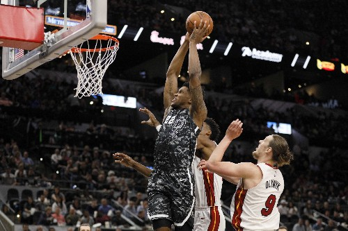 Heat hold on, snap Spurs' win streak
