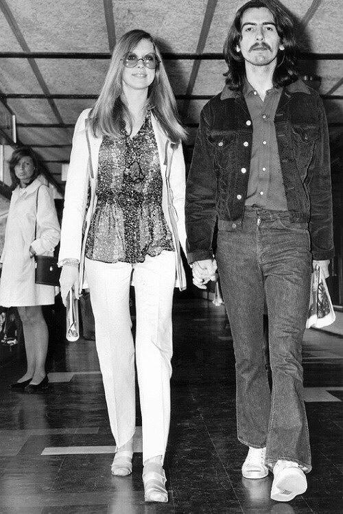 В январе 1969 года Джон и Йоко встретились со своим музыкальным менеджером Аланом Кляйном и поручили ему представлять их интересы в The Beatles. Это произошло вопреки тому, что незадолго до этого адвокат из Нью-Йорка Джон Истман, брат Линды, стал официальным представителем The Beatles как группы. Так начался конфликт, который перерос в откровенные склоки по поводу того, кому же на самом деле теперь стоит представлять их интересы и что делать с хаотичным финансовым положением. Кляйн предложил реструктурировать Apple, выкупить акции компании Northern Songs, которые принадлежали третьим лицам, и договориться с EMI о более крупных выплатах. Он сумел убедить Джона, Ринго и Джорджа в своих деловых способностях, но Пол оставался верным брату своей жены. В результате само существование группы оказалось под вопросом, а ее члены жили в подвешенном состоянии. Однажды ранним весенним утром Джордж решил, что его жизнь стала напоминать ему школу – он тоже должен был вставать и идти туда, куда он не хочет. Он поехал в гости к своему другу Эрику Клэптону в его особняк в Юхерсте, графство Суррей. Позаимствовав одну из его акустических гитар, Джордж решил прогуляться по саду и насладиться первыми за недели солнечными лучами. Там он и написал «Неге Comes The Sun». «Это было невероятное ощущение – возможность вырваться оттуда хотя бы на какое-то время, – сказал Джордж. – Неудивительно, что я сразу сумел написать новую песню». Из книги Стива Тернера The Beatles История за каждой песней.
