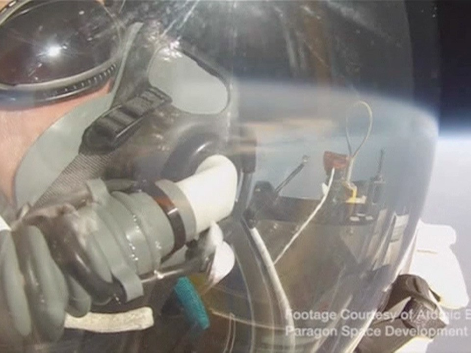 Google executive Alan Eustace jumps 130,000ft from edge of space - video