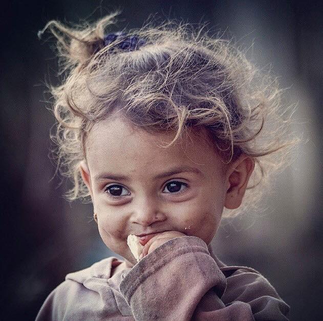 استخدم ابتسامتك لتغير الحياة لكن لاتدع الحياة تغير ابتسامتك قيل الناس لا ينظرون لملابسك ما دمت تملك ابتسامة كبيرة