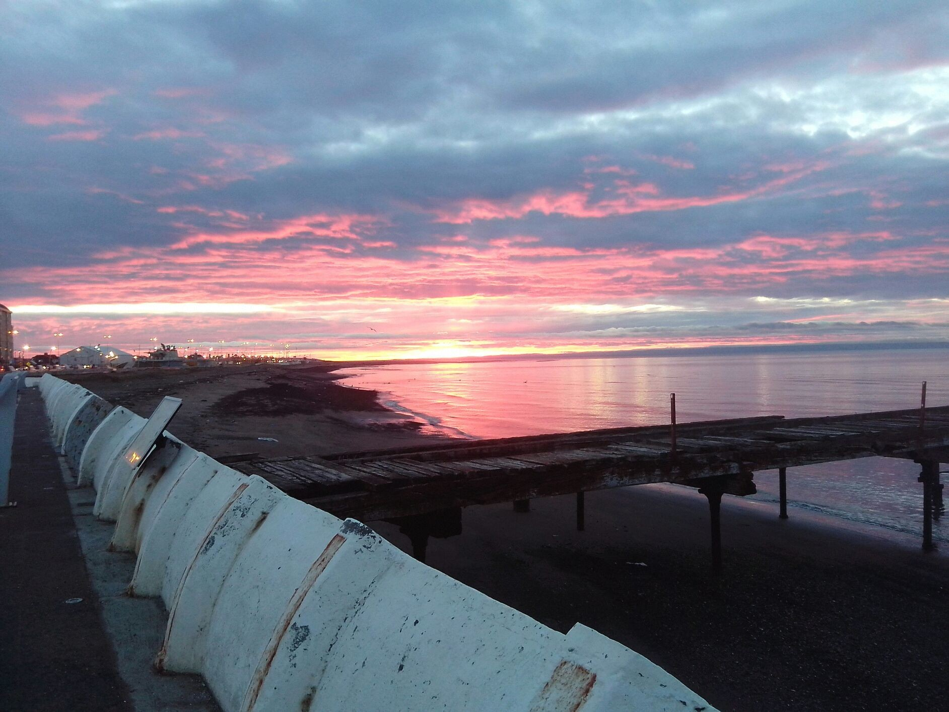 Amanecer en Punta Arenas, costanera del estrecho de Magallanes