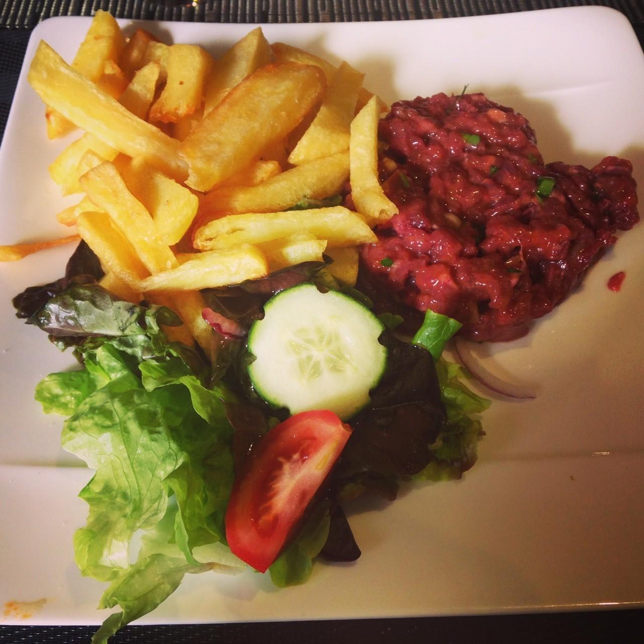 巴黎🇫🇷最好玩的一餐,牛排虽然生,味道却调理得恰到好处,口感也很有嚼劲,超棒~