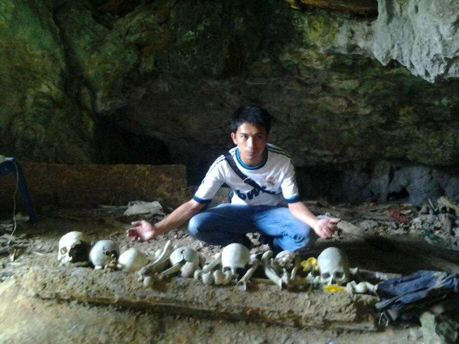 dry bones of people in stone coffin spread freely.