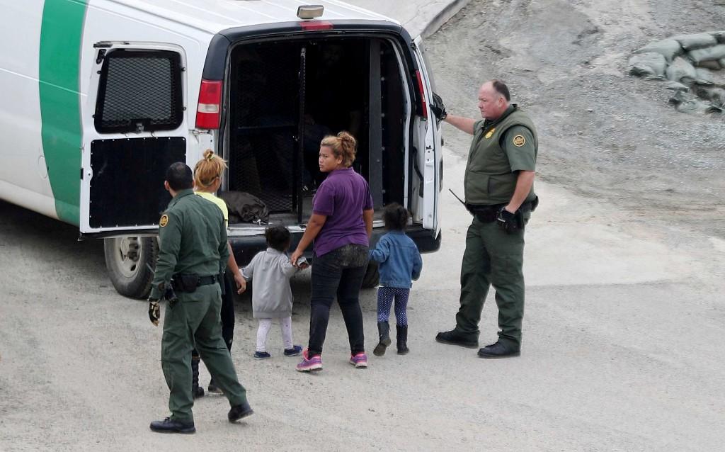 Pais de 545 crianças separadas na fronteira EUA-México não são encontrados, mostra documento