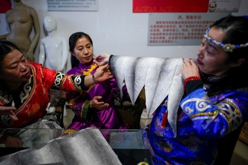 China's 'mermaid descendants' weave final garments from skin of fish