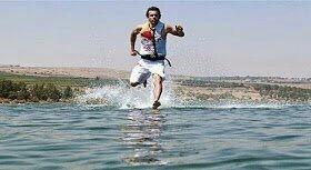 إذا أردت المشي فوق الماء دون الغوص فيها فلابد أن تقطع 30 مترًا في الثانية! -أسرع عداء في العالم يقطع 10.45م فالثانية.