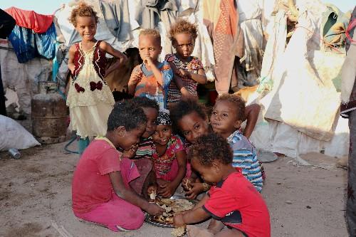 الأسر اليمنية تتزود بالطعام في الحديدة خلال فترة هدوء في القتال
