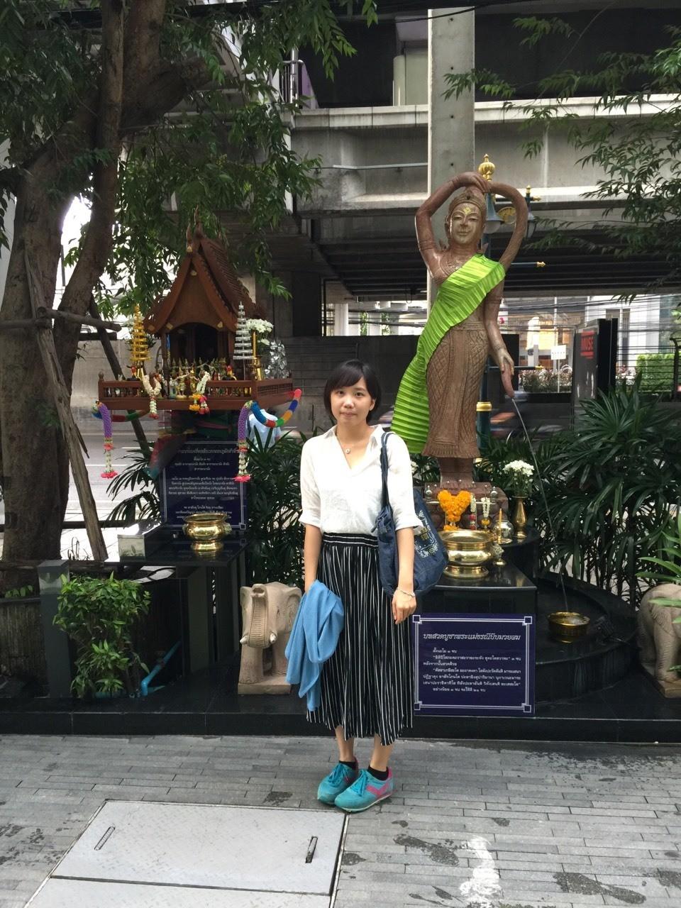 泰國的飯店外幾乎都有像這樣子的小廟,在網路上搜尋時還發現,有貓咪會進駐到小廟裡。這是沙吞外面供奉的神明。