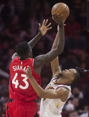 Leonard's 34 points lead Raptors past Cavs