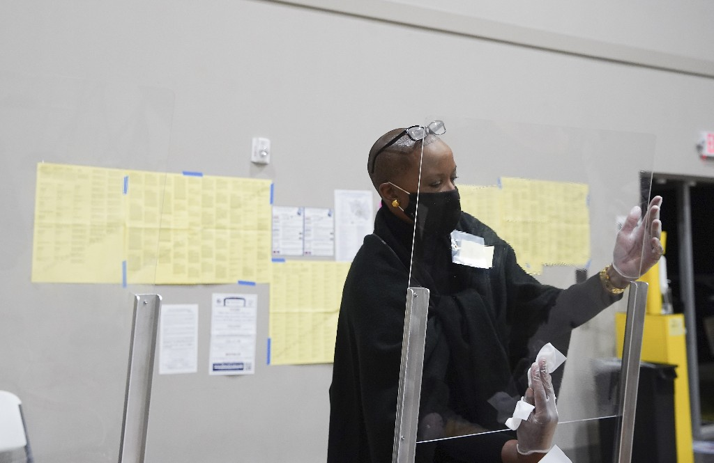 Race for Texas intensifies amid surging turnout, Covid cases