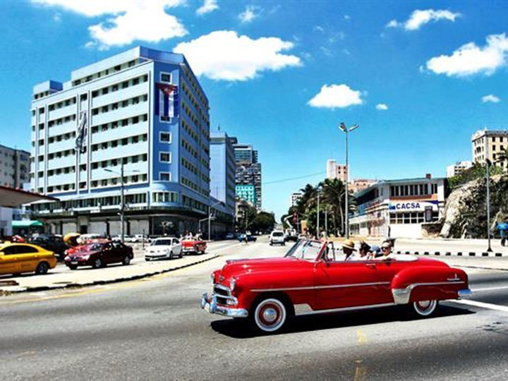 Expulsa EU a 2 diplomáticos cubanos