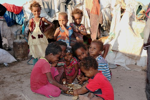 Families get food in Yemen's Hodeidah during lull in fighting