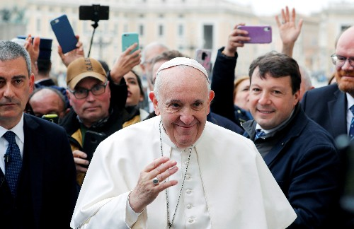 Pope resumes individual official audiences, cancels group meetings