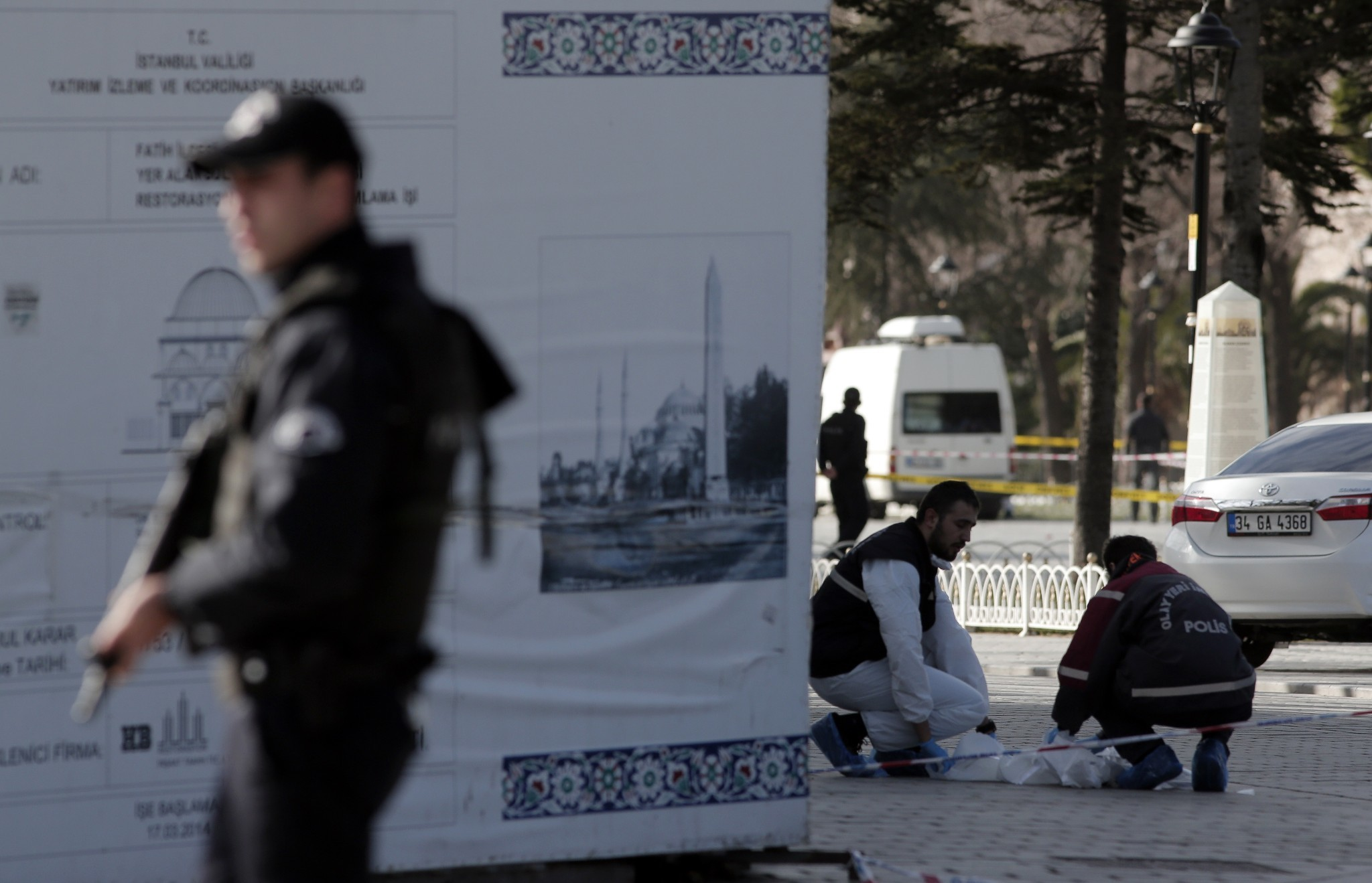 Suicide bomber kills 10, wounds 15 in Istanbul tourist area