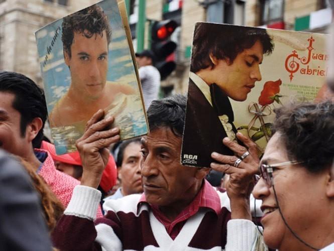 Vendedores ambulantes 'hacen su agosto' con Juan Gabriel