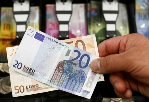 Global use of euro declines further on political risk: ECB