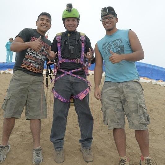 Un dia de parapente en Lurin al sur de Lima Con el instructir y guia nuestro amigo Ziggy el de la derecha y julio el de la izquierda. Al centro yo listo para labzarme a la libertad de volar.