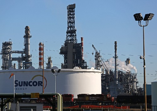 Canadian crude exports by rail uneconomic amid output cuts: Suncor executive
