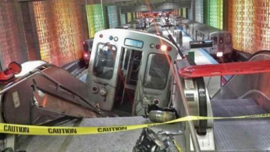 Er is in Chicago een metro de roltrap opgereden! De roltrap is meteen dicht gezet! Gelukkig maar, wand er zijn geen gewonden erbij getroffen!