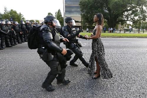 写真が語る2016年:米警官隊の前に立つ黒人女性