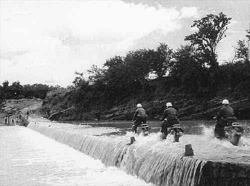 Operación Impala: cruzando un cauce de un rio.