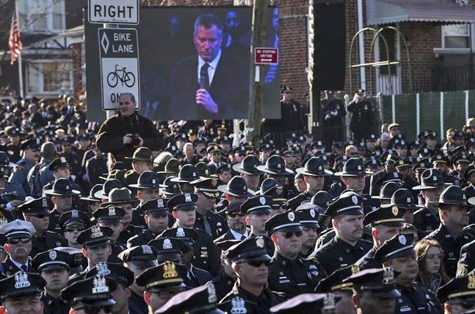 New York police shun mayor at funeral