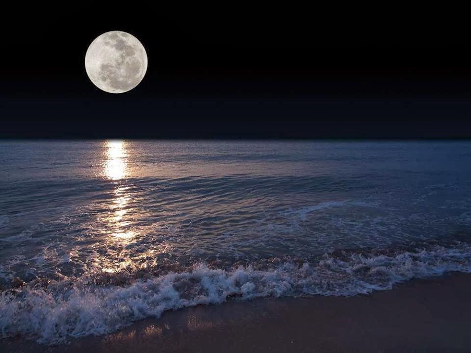 月~潔白如玉。
