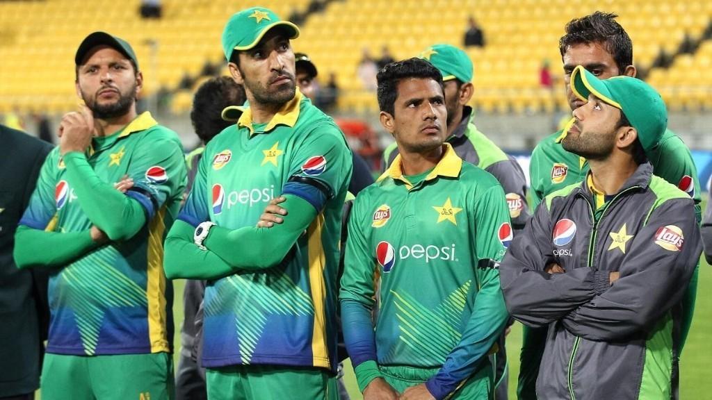 Pakistan bowl in series opener, Malik injured
