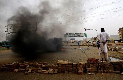 Jefe militar de Sudán ofrece diálogo mientras muertos por protestas suben a 60