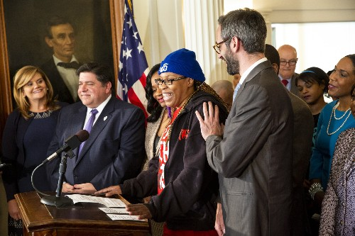 Governor signs measure to hike Illinois minimum wage to $15