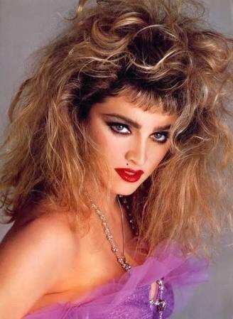 """Madonna fue una de las figuras más importantes de esta década, y un perfecto comienzo de nuestro repaso al camino de la música. No solamente se la llama """"reina del pop"""", sino que fue el icono de la música femenina de los 80. Es sabido, que no todos los artistas consiguieron tener fama durante toda la totalidad de la década homenajeada en esta entrada. Pero ella consiguió con su imagen moderna e imponente, la música innovadora y su fuerte personalidad tener éxito y ser conocida hasta la actualidad."""