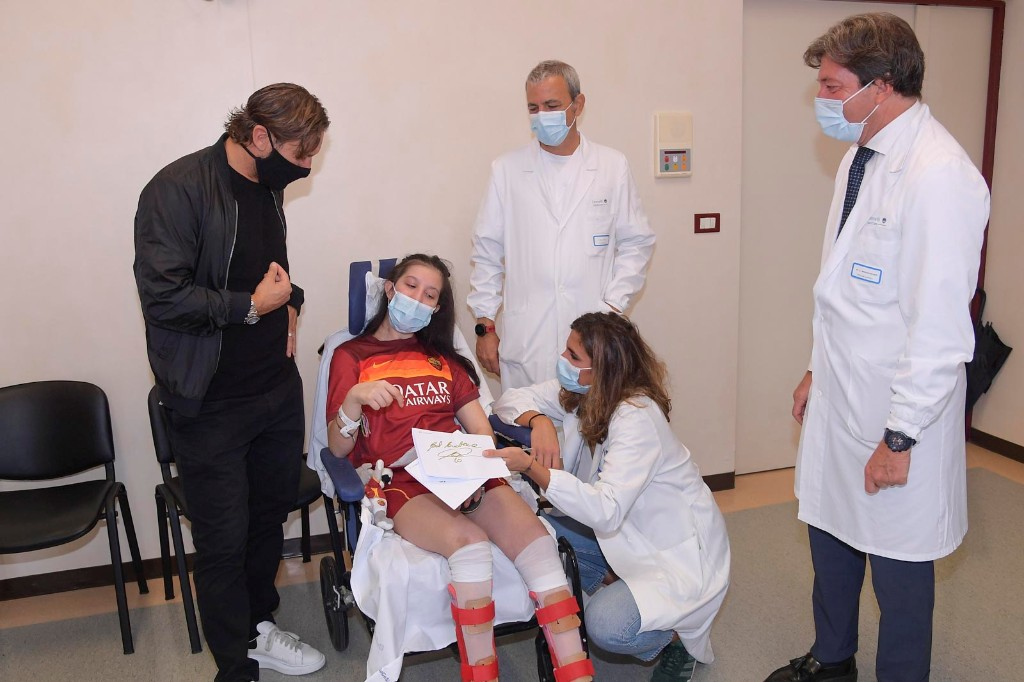 Roma great Totti meets girl who woke from coma after his message