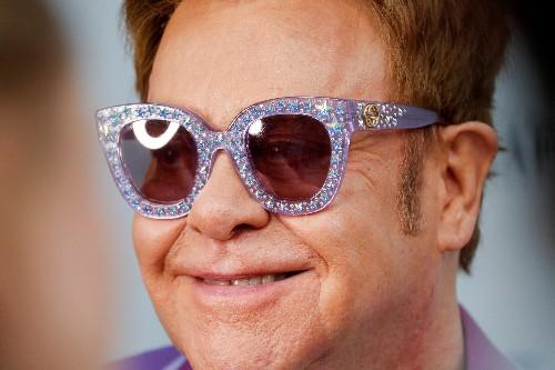 Um dia na vida de Elton John: compra de Rolls Royce, música de sucesso e jantar com Ringo