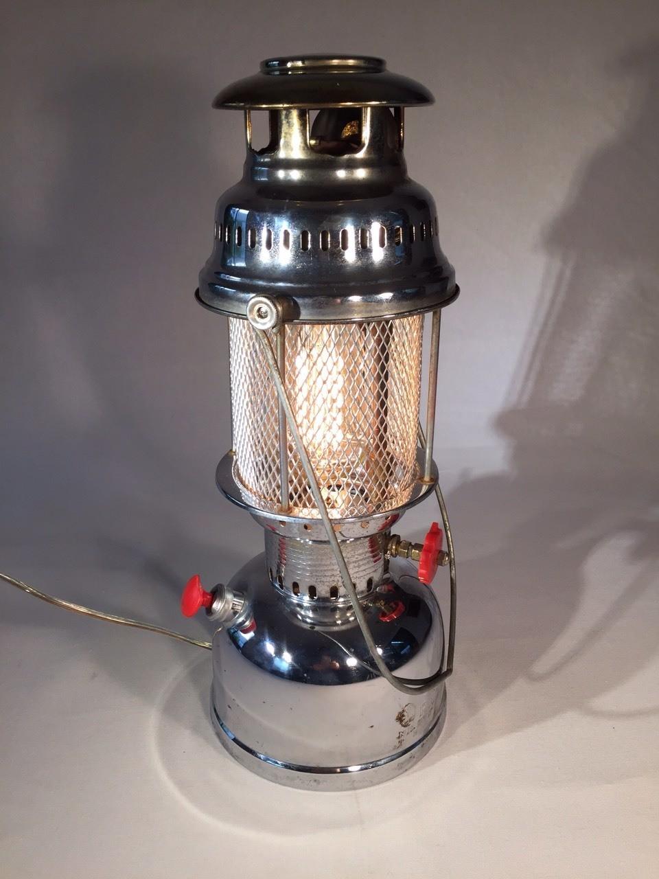 Tribeca Vintage Goods & Lamps Artículos, muebles y Lámparas con historia estilo Vintage, Retro, Antiguo, Industrial Diseñadas y Restauradas Artesanalmente, con alta calidad y detalle, usando lo último en tecnología, asegurando la combinación ideal de Arte, funcionalidad, buen gusto y economía en el consumo de Energía, a un precio accesible. Porque comprar una lámpara aburrida de serie, en cualquier tienda, cuando puedes adquirir una lámpara divertida con carácter, historia y diseño único. En Tribeca tenemos una selección de Artículos decorativos, Muebles y lámparas que aportaran ese toque creativo vintage que será por si un excelente tema de conversación en tus reuniones. Ideales para decorar y ambientar Restaurantes, cafeterías, bares, tiendas, oficinas, estudios, recamaras, salas, comedores etc. Todas nuestras lámparas, son únicas e irrepetibles y son elaboradas a partir de piezas que en algún momento de su historia fueron de uso común pero que ahora son de un gran valor por su rareza, material y diseño, además al comprarlas estas contribuyendo a mejorar medio ambiente porque les estas dando una segunda oportunidad de servir, extendiendo su vida útil. Si tienes algún objeto de valor sentimental que quieras convertir en lámpara nosotros hacemos de tu idea una realidad.