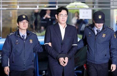 الادعاء الكوري الجنوبي سيوجه اتهامات لرئيس مجموعة سامسونج