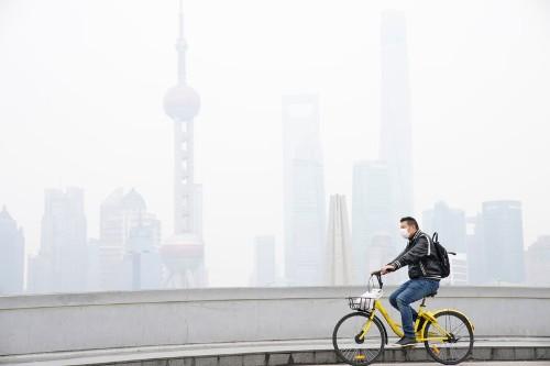 Китайские акции прервали пятидневное ралли из-за слабых экономических данных