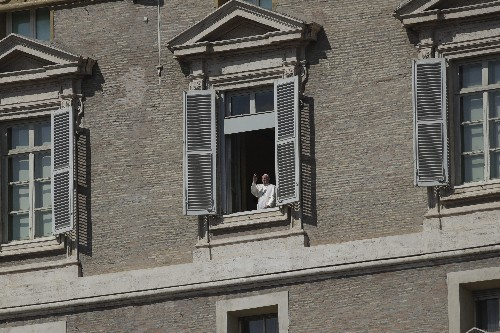 Pope goes on Roman walkabout, prays for end to pandemic