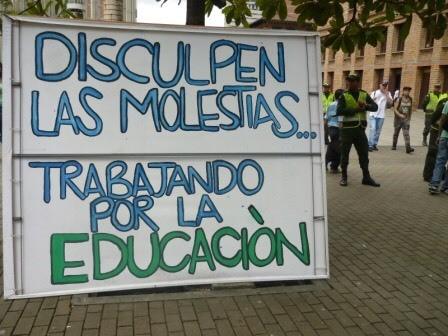 Buen día. Y con respecto a la nueva forma de clasificar a la 'calidad' de las universidades en nuestro país, me parece ridículo, es creer que universidades pequeñas no pueden sacar buenos profesionales, se sabe que ambientes óptimos y mejores herramientas académicas incentivan a la proliferación de el conocimiento, pero no todo lo bueno esta en la de los Andes o en la u más costosa, es absurdo comparar por la cantidad de estudiantes en el exterior, la cantidad de doctorados, maestrías, salarios... Lo verdaderamente importante y a lo cual el mineducación no le para bolas, es a la investigación y como si fuera poco la educación superior en Colombia está lejos de ser un derecho, ya que con los altos costos en un país donde el 70%de la población tiene solo para suplir sus necesidades básicas, esto si es la realidad de la estratificación 'escueta' de la educación superior. Qué tristeza.