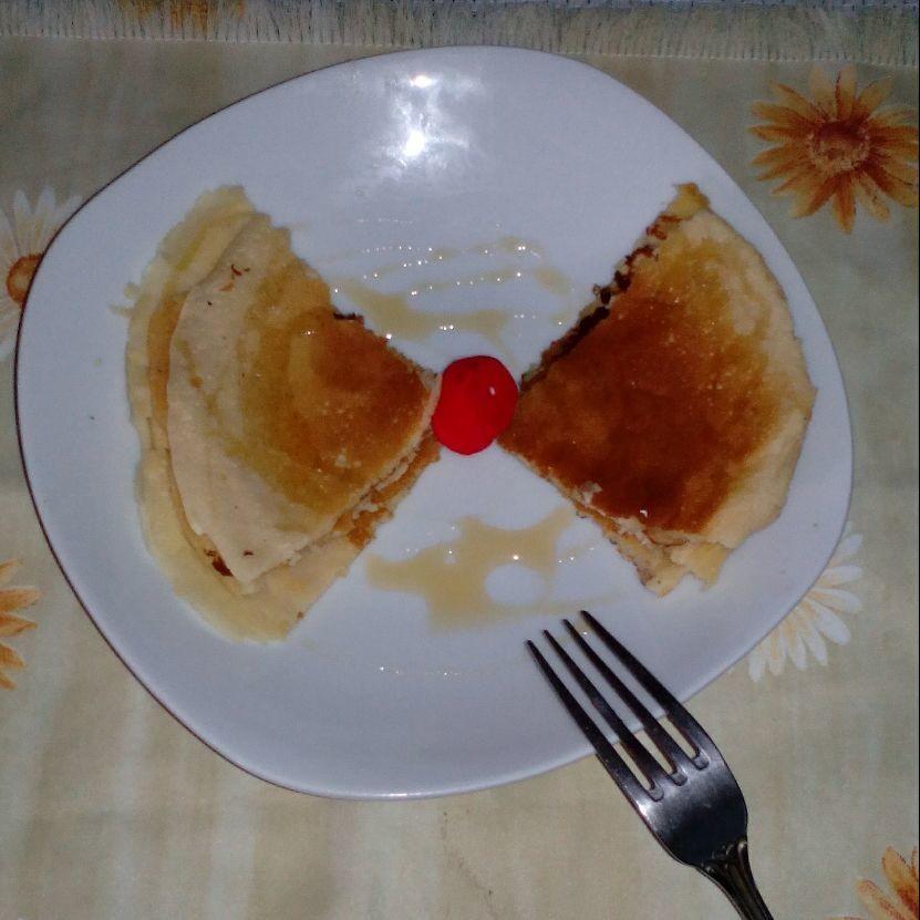 pancakes con miel y fresa muy rico con una decoración mia. puedes disfrutalo de desayuno y meriendad.