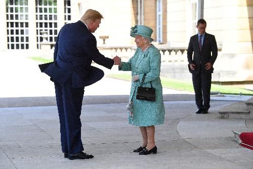 Reina de Inglaterra recibe a Trump en Palacio de Buckingham en fastuosa visita de estado