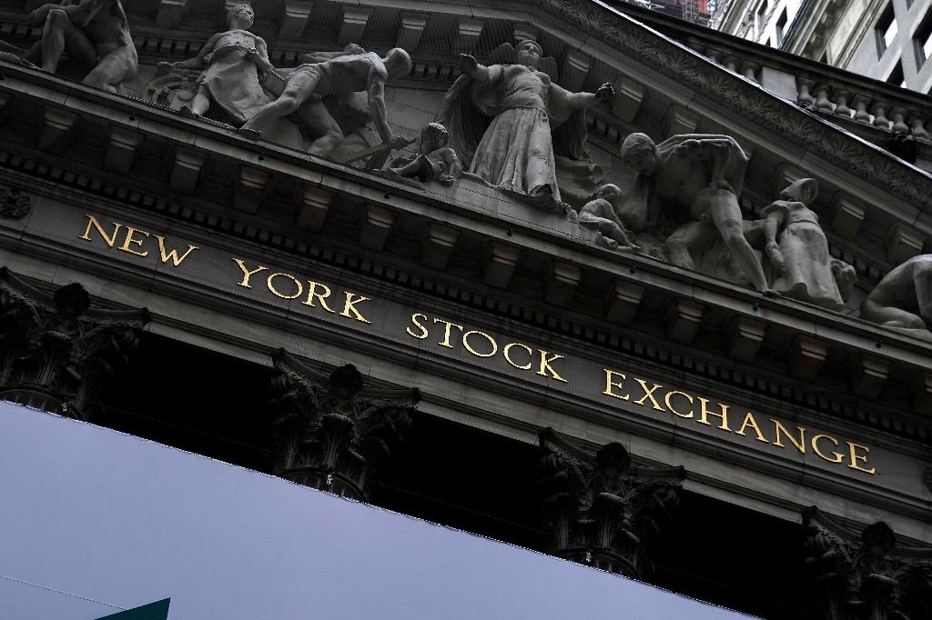 Уолл-стрит снижается после отчетов технологических компаний, на фоне коронавирусных волнений