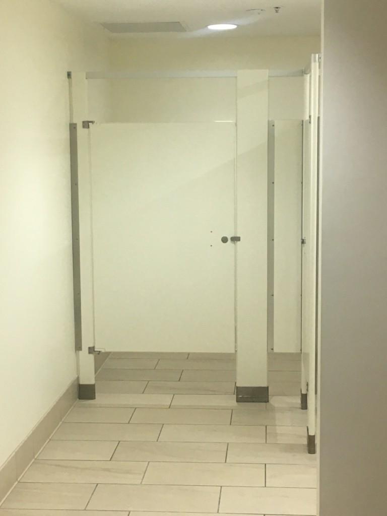 EROTIC STORY: STUCK IN A STALL storia erotica: bloccato in una stanza da bagno - cover