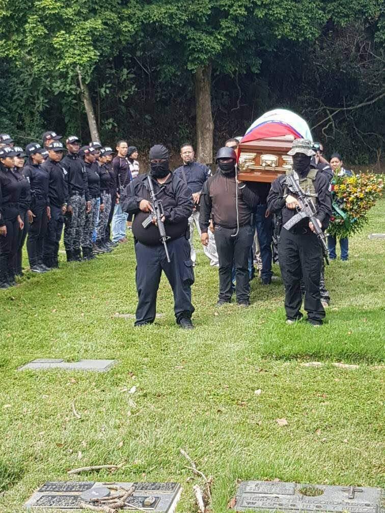 Esto es lo peor el homenaje a este delincuente civil y escoltados por funcionarios solo en venezuela