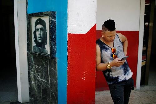 Los cubanos acceden por primera vez a Internet desde móviles en todo el país