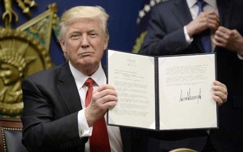 Donald Trump's ban on Muslim refugees: British passport holders blocked from entering US as judge grants emergency stay halting deportation of visa holders
