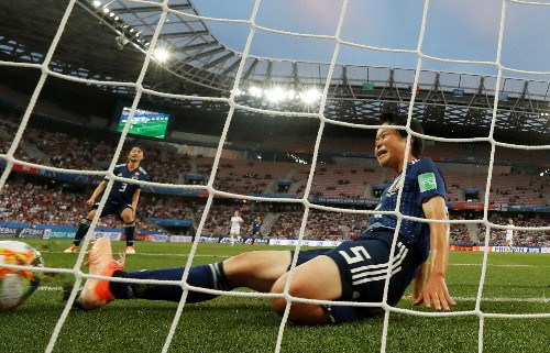 White nets double as England top Group D